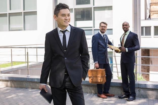 Portrait de l'équipe commerciale multiethnique