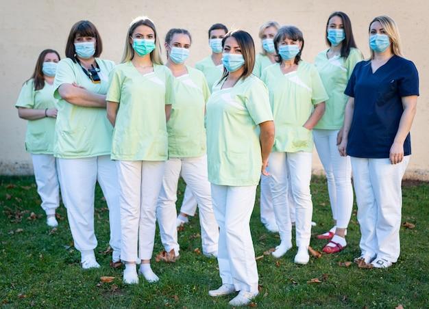 Portrait de l'équipe de femmes infirmières ensemble