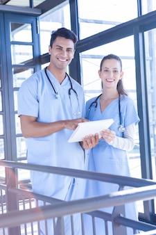 Portrait, de, équipe médicale, debout, à, bloc-notes, hôpital