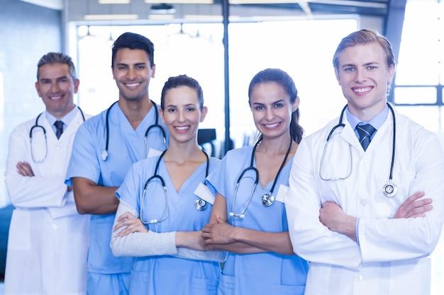 Portrait de l'équipe médicale debout avec les bras croisés à l'hôpital