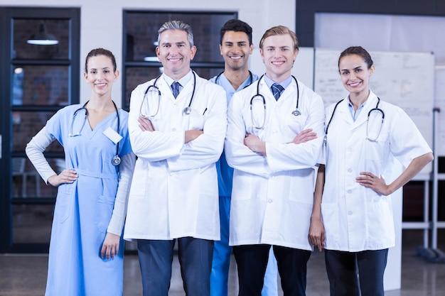 Portrait de l'équipe médicale debout ensemble et souriant à l'hôpital
