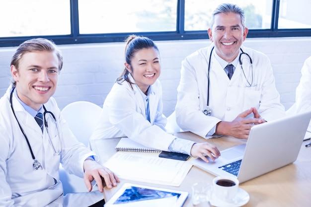 Portrait, de, équipe médicale, sourire, à, salle conférence