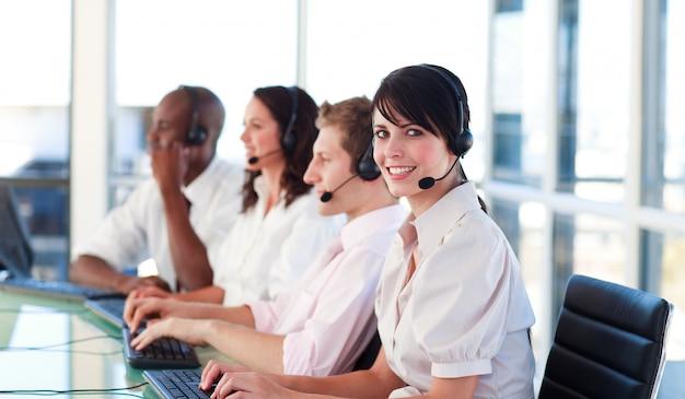Portrait d'une équipe de représentants de vente multiethnique détendue au travail