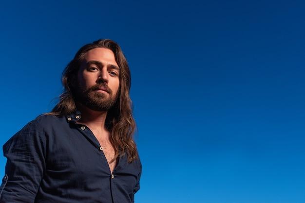 Portrait de l'espace de copie d'un jésus-christ contemporain regardant la caméra pendant le coucher du soleil