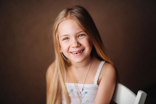 Portrait d'été d'un bébé mignon heureux avec un sourire.