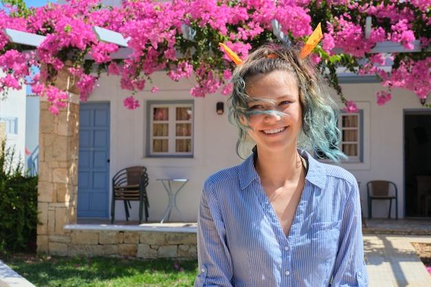 Portrait d'été d'une belle adolescente, femme souriante aux cheveux bleus