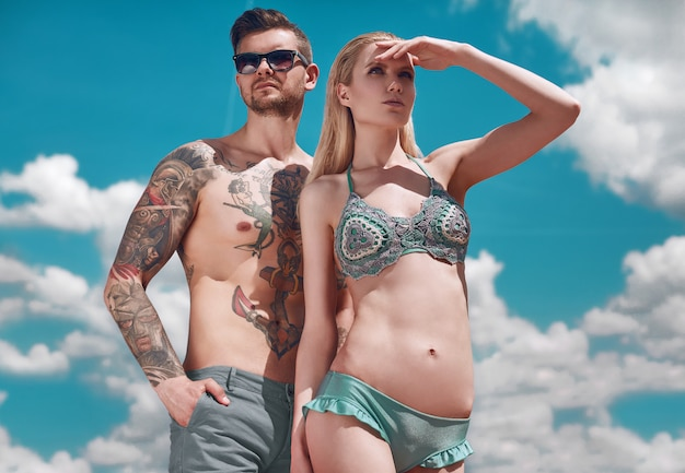 Portrait d'été de la belle couple se bronzant