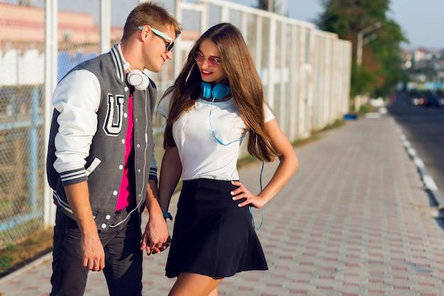 Portrait d'été du joli jeune couple hipster amoureux posant en plein air