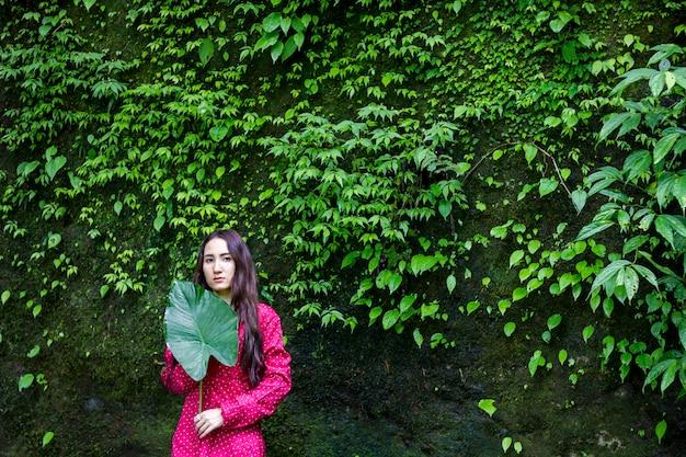 Portrait d'été de jeunes femmes profitant de la nature