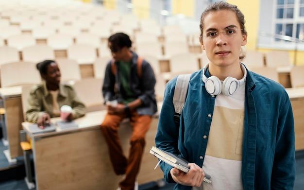 Portrait d'étudiant devant des collègues