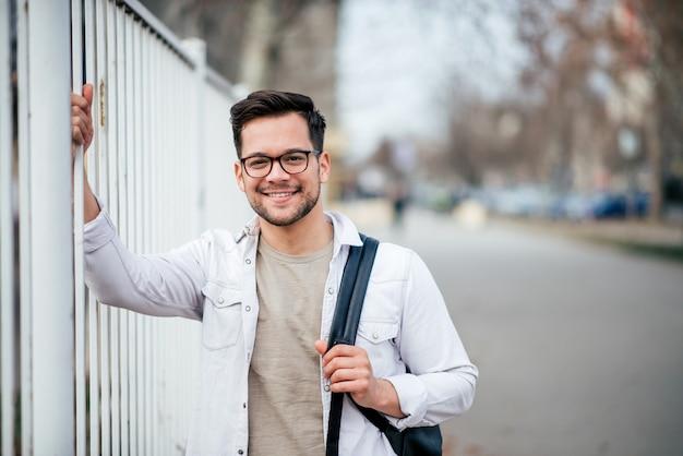 Portrait d'un étudiant occasionnel à l'extérieur.