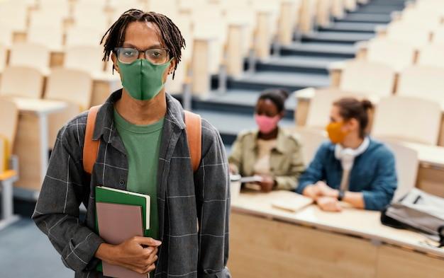 Portrait d'étudiant portant un masque médical