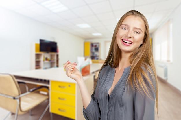 Un portrait d'un étudiant de race mixte dans une salle de classe