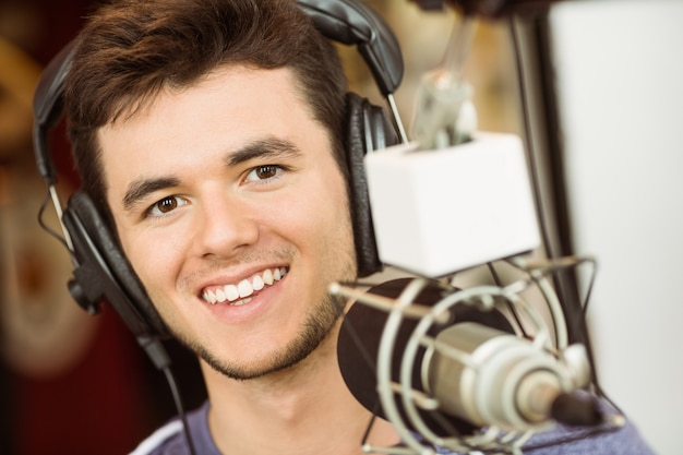 Portrait d'un étudiant universitaire en enregistrement audio