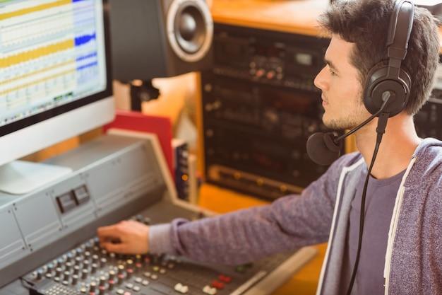Portrait d'un étudiant universitaire mélangeant l'audio
