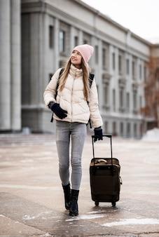 Portrait étudiante avec bagages