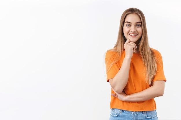 Portrait d'une étudiante blonde intelligente intriguée et excitée envisage de prendre un emploi à temps partiel