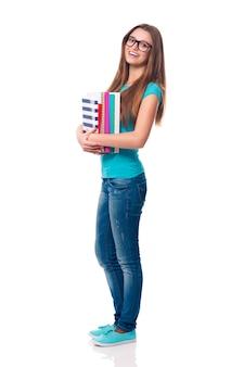 Portrait d'étudiante souriante et belle