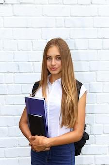 Portrait d'une étudiante d'université debout à l'extérieur du bâtiment