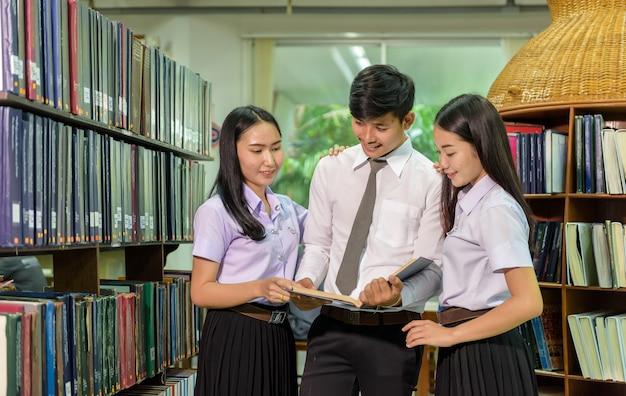 Portrait, étudiants, bibliothèque, regarder, spectateur, joyeux