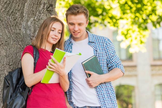 Portrait d'étudiants à côté d'un arbre