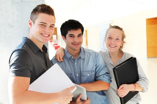 Portrait d'étudiants dans le couloir de l'école