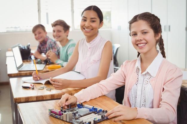 Portrait d'étudiants souriants qui étudient en classe