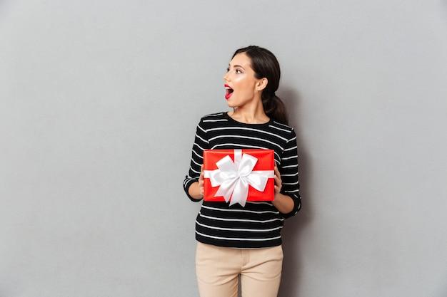 Portrait, excité, femme, tenue, cadeau, boîte