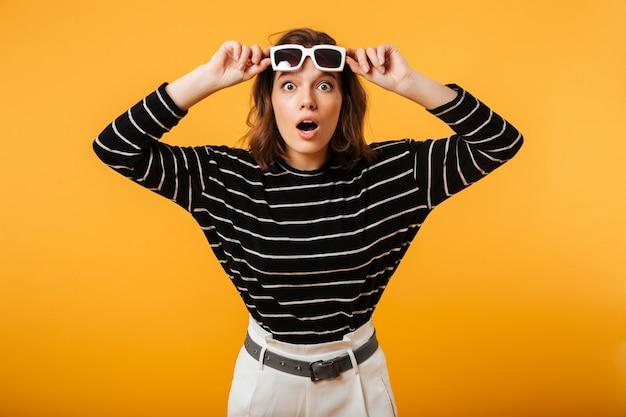 Portrait, excité, girl, lunettes soleil, poser