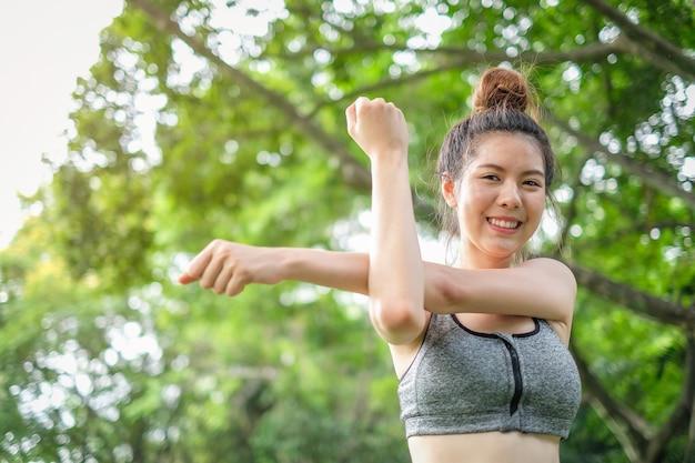 Portrait de l'exercice de la belle femme asiatique sport