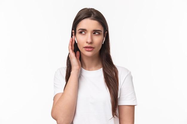 Portrait expressif jeune femme avec airpods