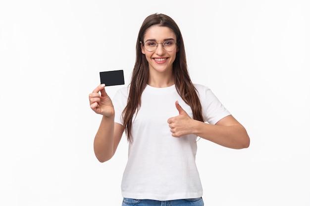 Portrait expressif jeune femme avec carte de crédit