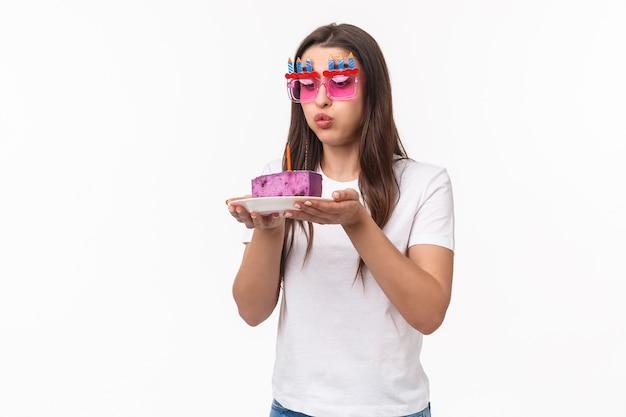 Portrait expressif jeune femme célébrant l'anniversaire