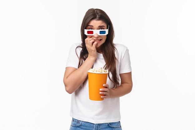 Portrait expressif jeune femme mangeant du pop-corn et portant des lunettes 3d