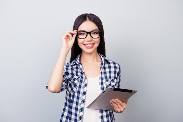 Portrait expressif jeune femme avec ordinateur portable