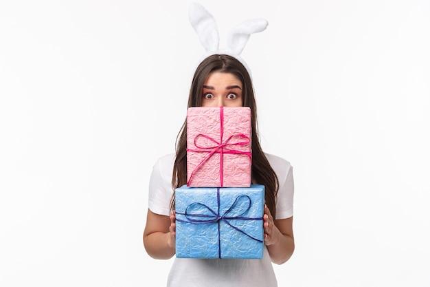 Portrait expressif jeune femme tenant des cadeaux