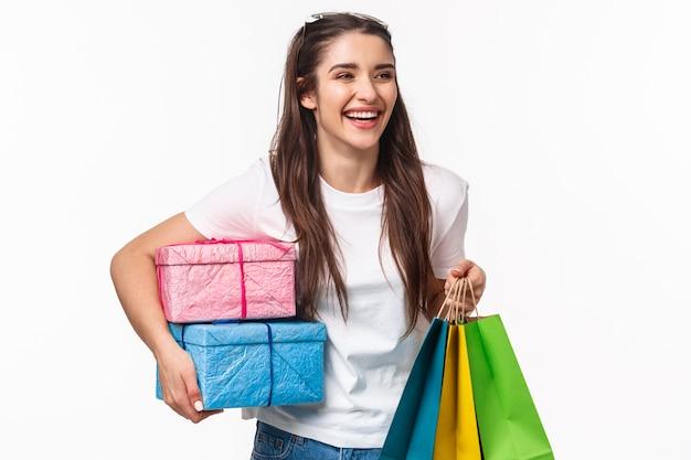 Portrait expressif jeune femme tenant des sacs à provisions