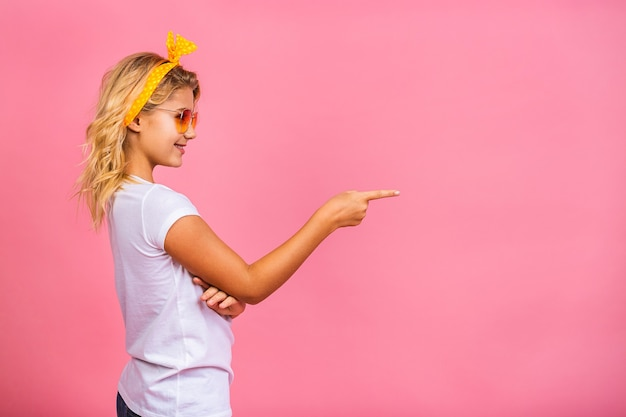 Portrait expressif jeune fille tenant un ordinateur portable