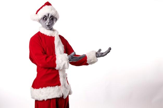 Portrait d'extraterrestre en costume de père noël sur fond blanc