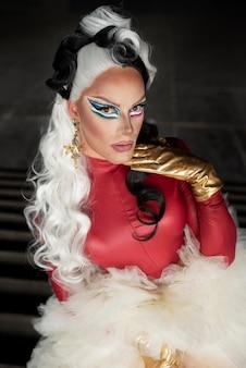 Portrait de fabuleuse drag queen avec une perruque noire et blanche