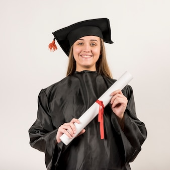 Portrait de face de la jeune femme diplômée