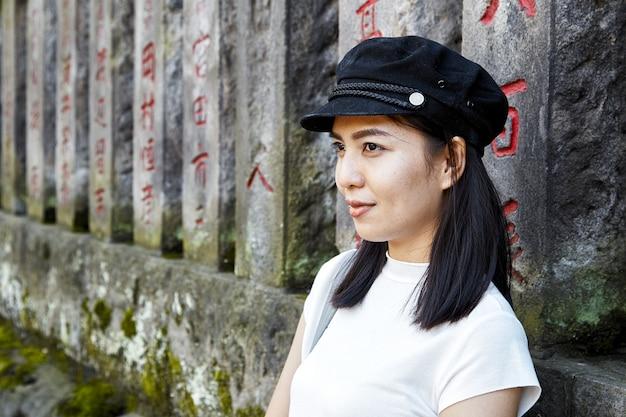 Portrait de face d'un touriste femme heureuse