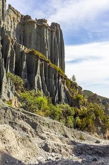 Portrait de falaises grises de putangirua pinnacles. île du nord, nouvelle-zélande