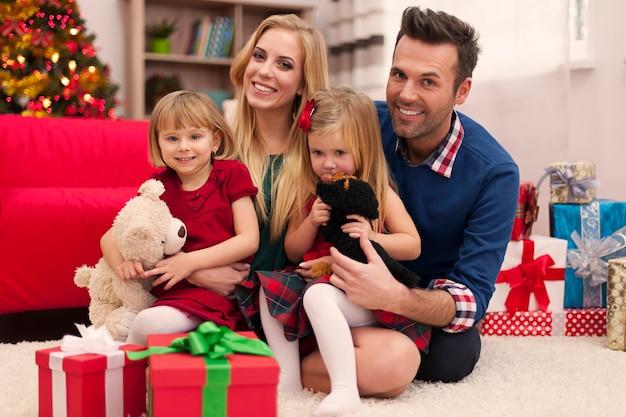 Portrait de famille aimante au moment de noël