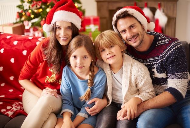 Portrait de famille aimante à noël