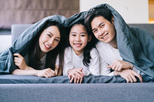 Portrait de famille asiatique heureux avec mère, père et fille