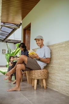 Portrait de famille asiatique profiter de leur temps à l'arrière-cour à la maison