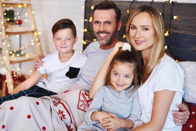 Portrait de famille au lit à noël