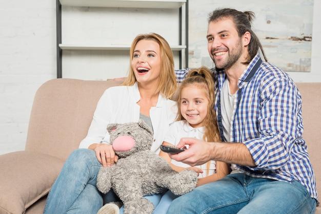 Portrait de famille sur le canapé avec ours en peluche