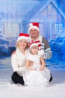 Portrait d'une famille célébrant noël ensemble